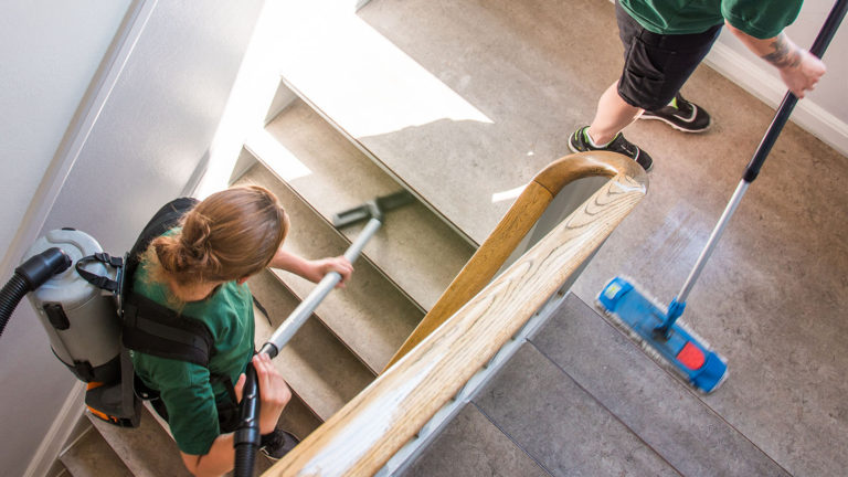 trappevask og rengøring i trappeopgang